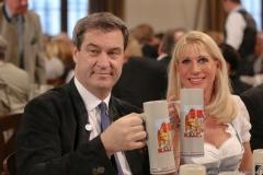 Markus Söder und Karin Baumüller-Söder, Maibockanstich im Hofbräuhaus in München 2019