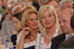 Silja Schrank- Steinberg und Ulrike Scharf (re.), Maibockanstich im Hofbräuhaus in München 2019