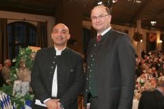Django Asül und Albert Füracker (re.), Maibockanstich im Hofbräuhaus in München 2019