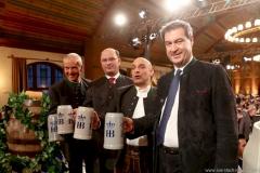 Dr. Michael Möller, Albert Füracker, Django Asül, Markus Söder (von li. nach re.), Maibockanstich im Hofbräuhaus in München 2019