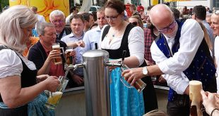 Freibier aus dem Bierbrunnen in München am Tag des Bieres